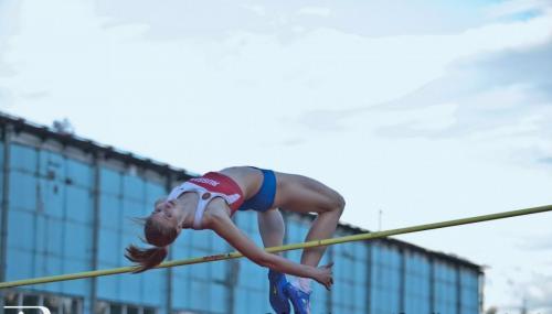 Смолякова Марина, мастер спорта по прыжкам в высоту.